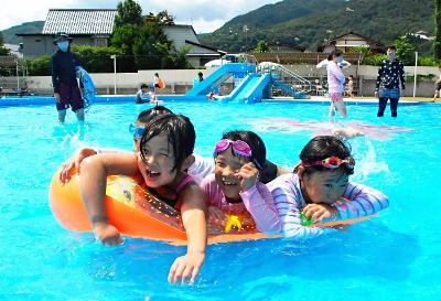 今シーズンの営業を最後に閉じる城山市民プールで遊ぶ子供たち=31日、長野市