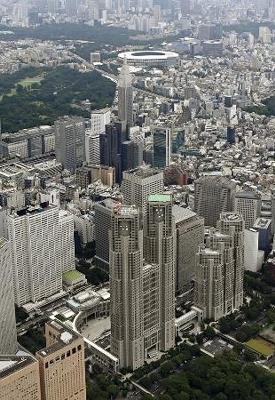 東京都庁舎(手前中央)。奥は国立競技場=東京都新宿区