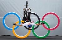 男子BMXフリースタイル・パーク、シーディングラン 五輪マークの前でトリックを決める中村輪夢=有明アーバンスポーツパーク