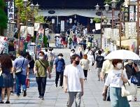 観光客でにぎわう善光寺の仲見世通り=31日午後2時13分、長野市
