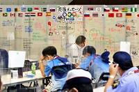 卓球競技の選手たちへの応援メッセージを書き込んだボードが間仕切りに貼られたボランティアの休憩室=7月30日、東京体育館