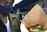 肉ではなく木島平村産のキクラゲを挟んだハンバーガー=1日