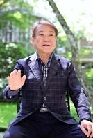 ながさか・よしあき 神奈川県出身。早稲田大商学部卒。学生時代に「ヤングマガジン」月刊新人漫画賞で佳作に。東洋経済新報社などを経て1990年、プレジデント社へ。2005~12年にビジネス雑誌「プレジデント」編集長、12年から社長。58歳。北佐久郡軽井沢町の旧軽井沢ホテル音羽ノ森で。