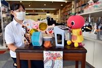 精琴堂楽器店に飾られた人形と熊谷さん