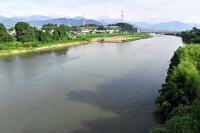 立ケ花橋から望む千曲川上流。台風19号災害を受け、川幅を広げる工事中=2日、長野市・中野市境付近