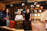 作品を前に話す(左から)早川優子さん、長谷さん、紗衣さん、天野さん