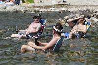 熱波に見舞われたカナダ・ブリティッシュコロンビア州で、湖に入って涼む人たち=6月(ロイター=共同)
