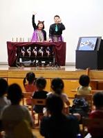 2年ぶりに開幕した「いいだ人形劇フェスタ」で、子どもたちの前で演じる劇団員=5日、飯田市の丸山公民館