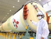 衛星「みちびき」を宇宙に運ぶH2Aロケット44号機の胴体第1段を紹介する、三菱重工業の打ち上げ執行責任者・徳永建さん=6日午後、愛知県飛島村
