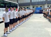 バスに乗る前、見送りに来た人たちの前であいさつする野球部員(松商学園提供)