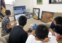 対戦する可能性があるチームの映像を見てデータを分析する野球部員ら(松商学園提供)