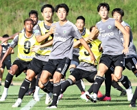 秋田戦に向けて練習する佐藤(左から3人目)ら松本山雅の選手たち