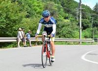 坂道を自転車で駆け上がる伊那ヒルクライムレースの参加者。沿道では地元住民が見守った