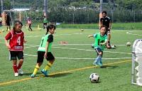 サッカーの練習に汗を流す女の子たち