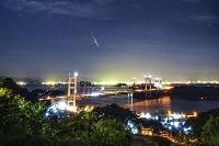 2020年8月に岡山県倉敷市で撮影された「ペルセウス座流星群」の流れ星。中央は瀬戸大橋(倉敷科学センターの三島和久学芸員提供)