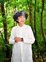 いせ・ひでこ 札幌市生まれ。パリの製本職人と少女の交流を描いた「ルリユールおじさん」で講談社出版文化賞絵本賞。著書はゴッホと弟の物語「にいさん」、東日本大震災後に緊急出版した「木のあかちゃんズ」など。72歳。10月5日まで原画展を開催中の安曇野市の絵本美術館「森のおうち」で。