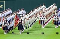 第103回全国高校野球選手権大会の開会式で行進する松商学園ナイン=10日、甲子園球場