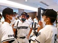 宿舎で開会式の準備をする松商学園の選手たち(松商学園提供)