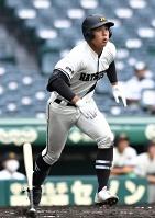松商学園―高岡商 三回松商2死二塁、斎藤が右翼ポール際に本塁打を放ち11―0とリードを広げる=11日、甲子園球場