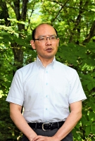 もろとみ・とおる 大阪府出身。京都大大学院経済学研究科教授。専門は財政学と環境経済学。二酸化炭素排出に価格を付け、市場に取り込むカーボンプライシングを長く研究。代表的な著書に「資本主義の新しい形」「『エネルギー自治』で地域再生! 飯田モデルに学ぶ」。52歳。大町市の木崎湖畔で。