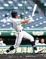 松商学園-高岡商 一回松商1死満塁、金井が走者を一掃する左翼フェンス直撃の二塁打を放つ
