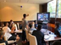 大阪市の宿舎で8日、学校に残るベンチ外の部員らと行ったオンライン会議(松商学園提供)