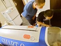 疲労回復を図るために学校から持ち込んだ酸素カプセル(松商学園提供)