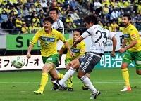 千葉―松本山雅 前半38分、松本山雅の工藤(手前)が先制ゴールを決める