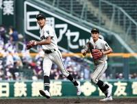1回戦の高岡商戦でも活躍した遊撃手の吉水(左)と二塁手の金井の2年生コンビ
