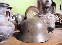 堀内知一さんの父、文雄さんが戦時中に使っていた鉄かぶと。ほとんど使われていない座敷の片隅に、花瓶などと一緒にひっそりと置かれている