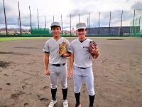 打撃投手を務める羽入田さん(左)と土井さん(松商学園提供)