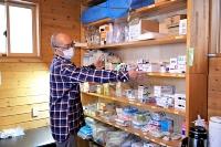 診療器具や薬品に加え、感染対策用のガウンなどをそろえている槍ケ岳診療所