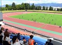 サッカーJ3AC長野の練習を見守るサポーターら