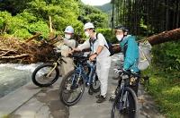 土砂崩れなどの被害があった辰野町内の林道を調査する町職員ら