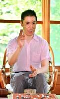 かきじま・みつはる  東京都出身。2015年に日本視覚障害者囲碁協会を設立、視覚障害者向け碁盤「アイゴ」普及を手掛ける。17年から岩手県大船渡市で全国盲学校囲碁大会を開催(昨年は開けず)。同年、日本青年会議所人間力大賞準グランプリを受賞。43歳。下高井郡山ノ内町の地獄谷温泉後楽館で。