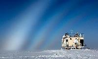 観測史上初めて雨が降ったグリーンランドの最高地点にある観測施設(米国立科学財団提供)
