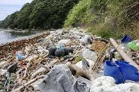 プラスチックごみなどが漂着した愛媛県宇和島市・三浦半島の浜辺=2020年7月
