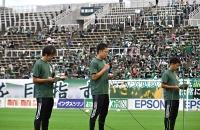 AEDの使用手順などを観客に伝える松本山雅FCのOBたち
