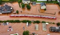 ドイツ西部ラインラント・プファルツ州で洪水に見舞われた列車=7月15日(AP=共同)