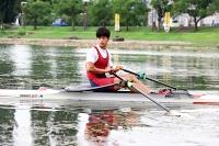 諏訪湖上で練習に励む小島さん