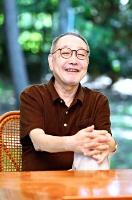 みやもと・てる 神戸市生まれ。1977年に「泥の河」で太宰治賞、78年に「螢川」で芥川賞、87年に「優駿」で吉川英治文学賞。「避暑地の猫」「星々の悲しみ」「青が散る」など数々の作品を北佐久郡軽井沢町でも執筆。他に「錦繍(きんしゅう)」「骸骨ビルの庭」など。近著は「灯台からの響き」。74歳。町内の別荘で。