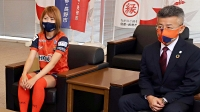 長野市役所を訪れた(左から)八坂選手と町田社長