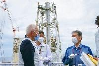 東京電力福島第1原発を視察するIAEA調査団のクリストフ・グゼリ団長(左)=23日(東電提供)