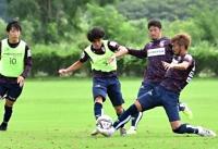 29日の宮崎戦へ調整する広瀬(右)らAC長野の選手たち