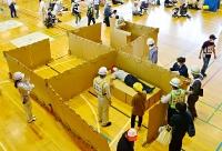 段ボール製の間仕切りやベッドを設置した坂城町の総合防災訓練