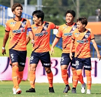 宮崎―AC長野 前半16分、AC長野・宮阪(右から2人目)が先制ゴールを挙げ、仲間と喜び合う
