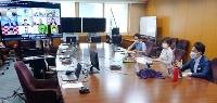 「食の脱炭素化」などに関する環境省と関連企業のオンライン会合。右端は小泉環境相=30日午前、環境省