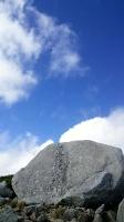 稜線に立ち続ける遭難記念碑=28日