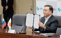 ロシアとの協力を促進する共同声明に署名した梶山経産相=2日午後、経産省
