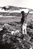 夏の極地調査で動物の骨を見つけた21歳の頃のニコル